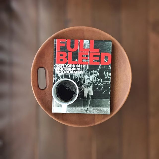 • UM café, UM livro e UM móvel(Banco Mocho - Sérgio Rodrigues)