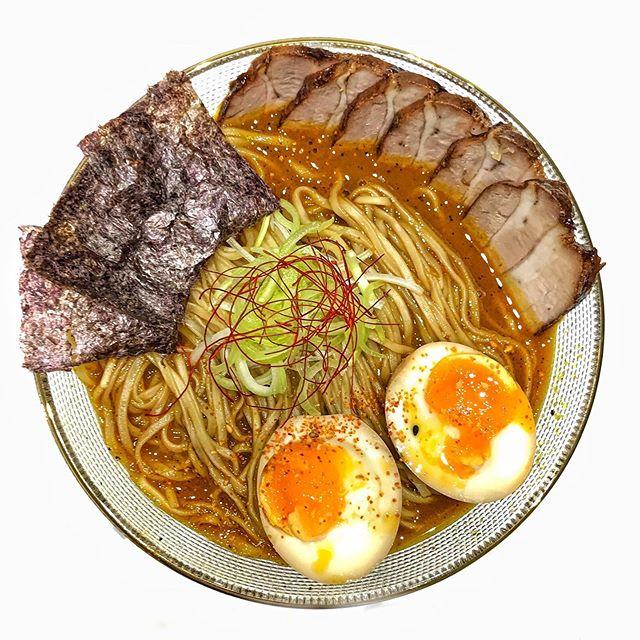 KARE RAMEN: - barriga de porco, curry e MUITA PIMENTA.