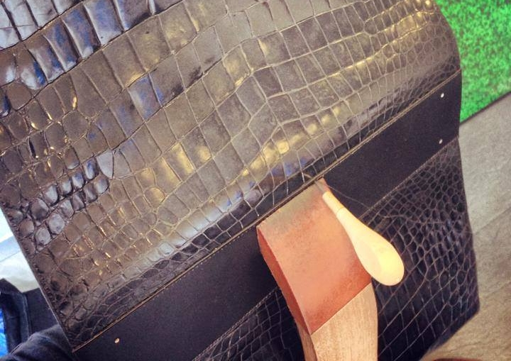 karolinebordas_sac_croco_valise_sellier_maroquinier_couturemain_atelierparisien.jpg