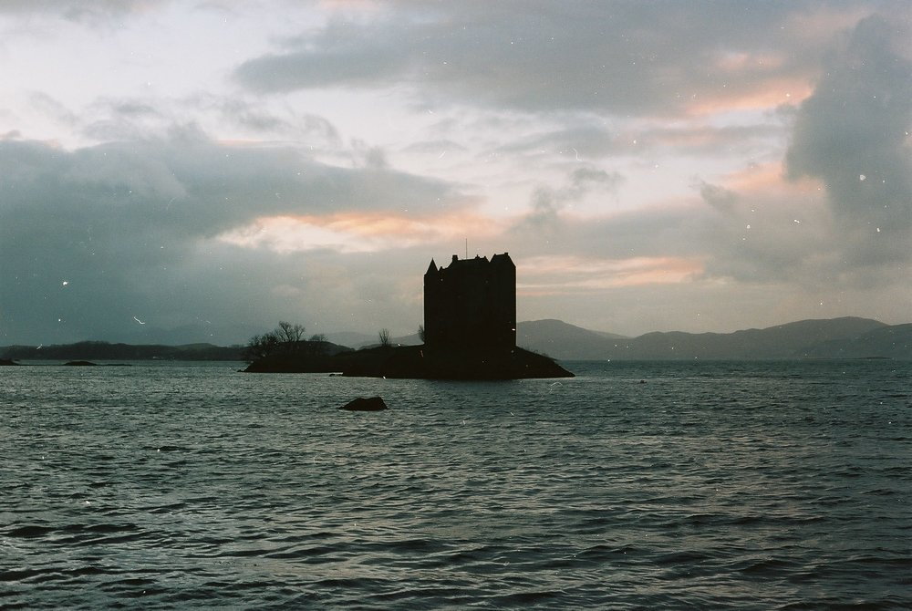 I took a detour on the way to Skye to visit the imposing castle Stalker on Loch Laich.