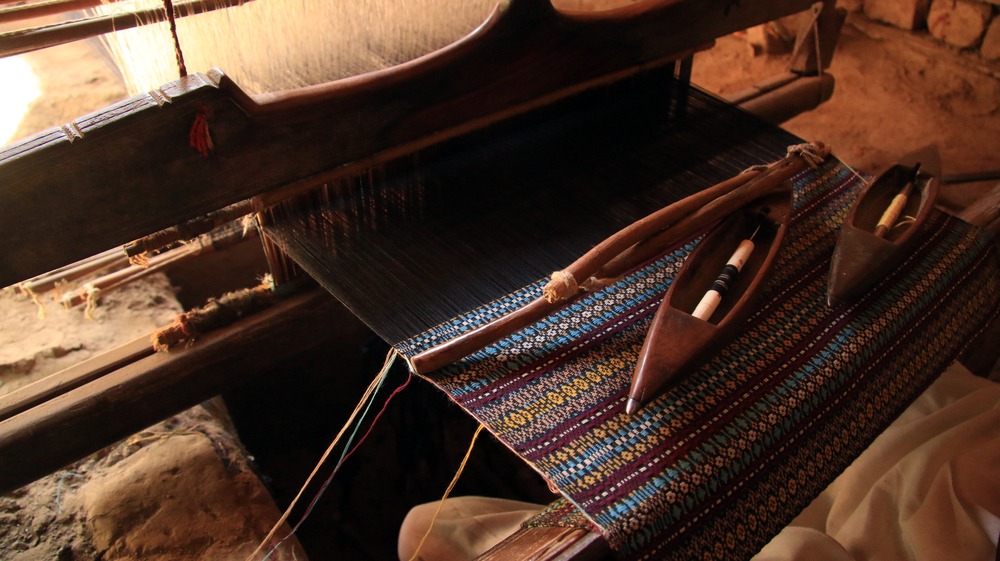 S jo scarf at the loom