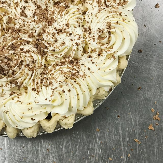 This chocolate cream pie is ready! And check out that apple! 😋 Mmm... pie. 🥧