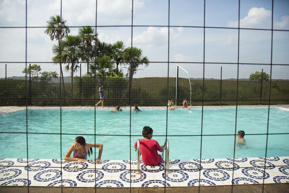 Niños juegan en una piscina un domingo por la tarde. Muchos de los ríos de la región han sido contaminados por derrames de petróleo, escurrimiento de lodo contaminado o agua reciclada utilizada en la extracción de petróleo que se devuelve a los ríos. Los padres temen que estas aguas puedan afectar a sus hijos. Rubiales, Meta, Colombia 9 de abril de 2017