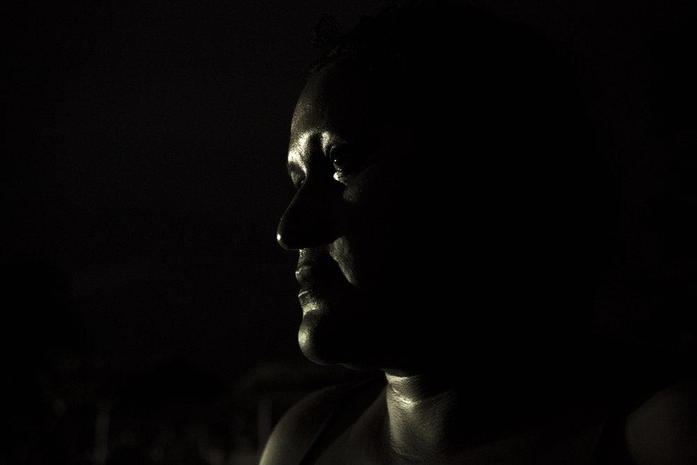 Sandra Pérez de 34 años de Unuma, Meta, de la nación indígena Sikuani. Sandra se preocupa por su hermano menor que ha sido vocal contra las compañías petroleras y su contaminación de la tierra. Debido a tanta violencia contra los líderes sociales en la región, ella teme por su vida. Rubiales, Meta, Colombia 9 de abril de 2017