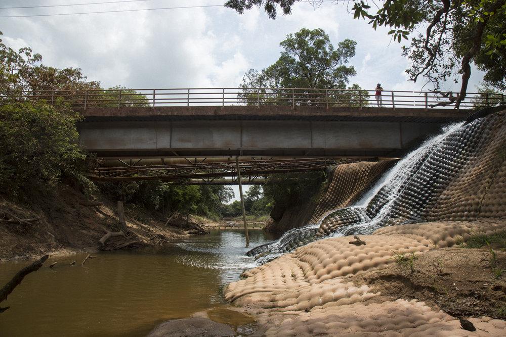 Material sintético cubre la orilla del río para resistir la erosión de la tierra causada por las aguas utilizadas en la extracción de petróleo que se devuelven a los ríos. Ecopetrol le está pidiendo permiso a las comunidades locales de aumentar la cantidad de agua utilizada en la extracción de petróleo y luego filtrada de 300.000 barriles a 700.000 barriles diarios. Rubiales, Meta, Colombia 10 de abril de 2017