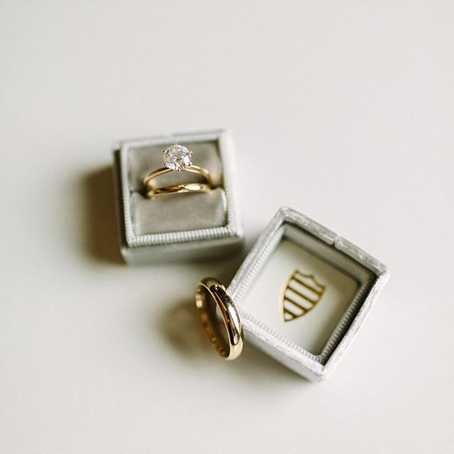 Just some gorgeous ring inspiration on this beautiful & sunny Wednesday! A round solitaire in a yellow gold band is such a classic and timeless look. What are your favorite ring looks? . . . . . . . . . . . . . . . . #weddingrings #ringinspo #themrsbox #yellowgold #solitairering #weddingdetails #weddinginspo #hannahvictoriaphotography #spokaneweddingphotographer #spokanephotographer #washingtonweddingphotographer #washingtonphotographer #rings💍 #spokanewashington #fineartphotography
