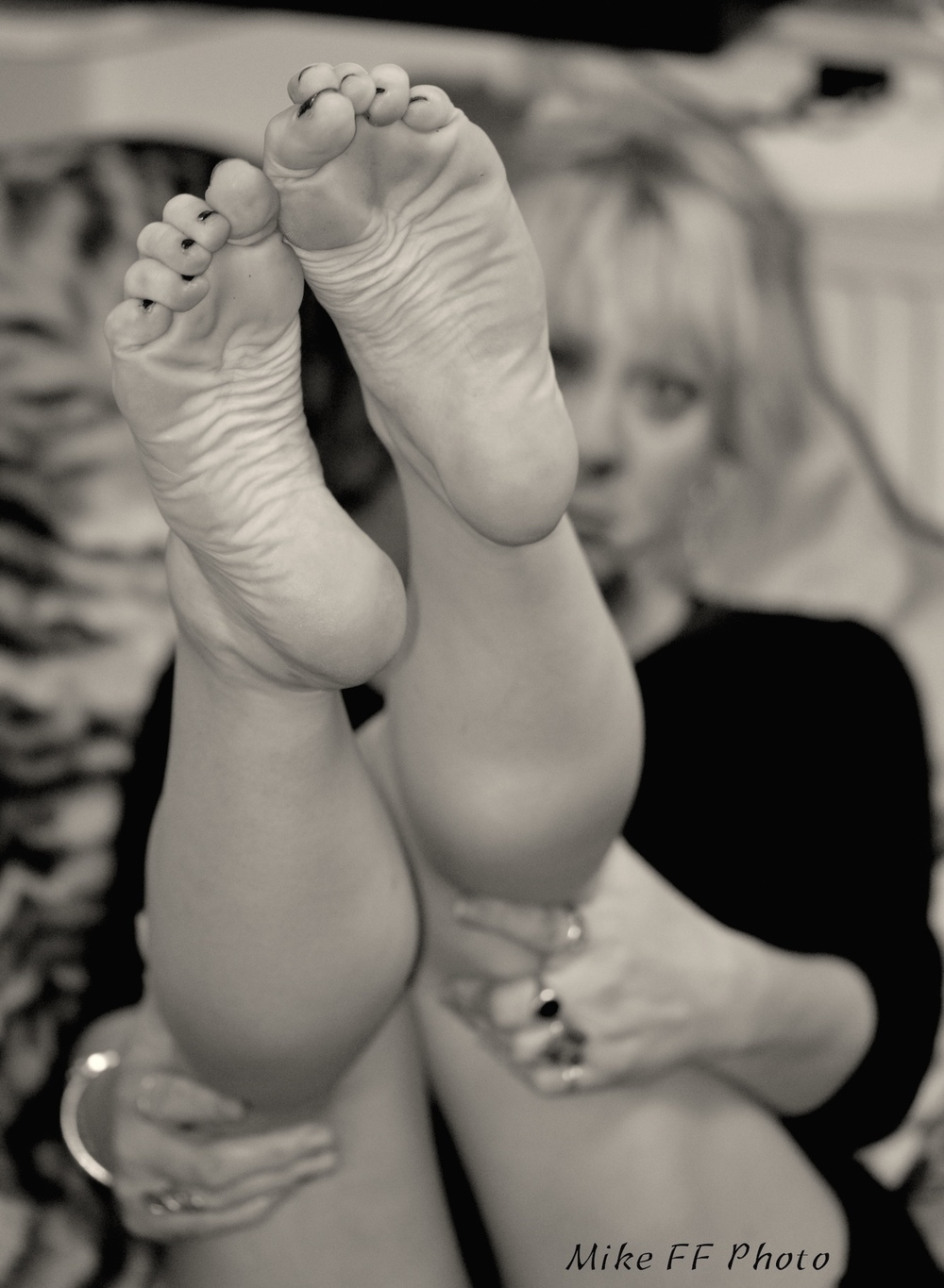 Legs-bare-foot-fetish-London-Mistress