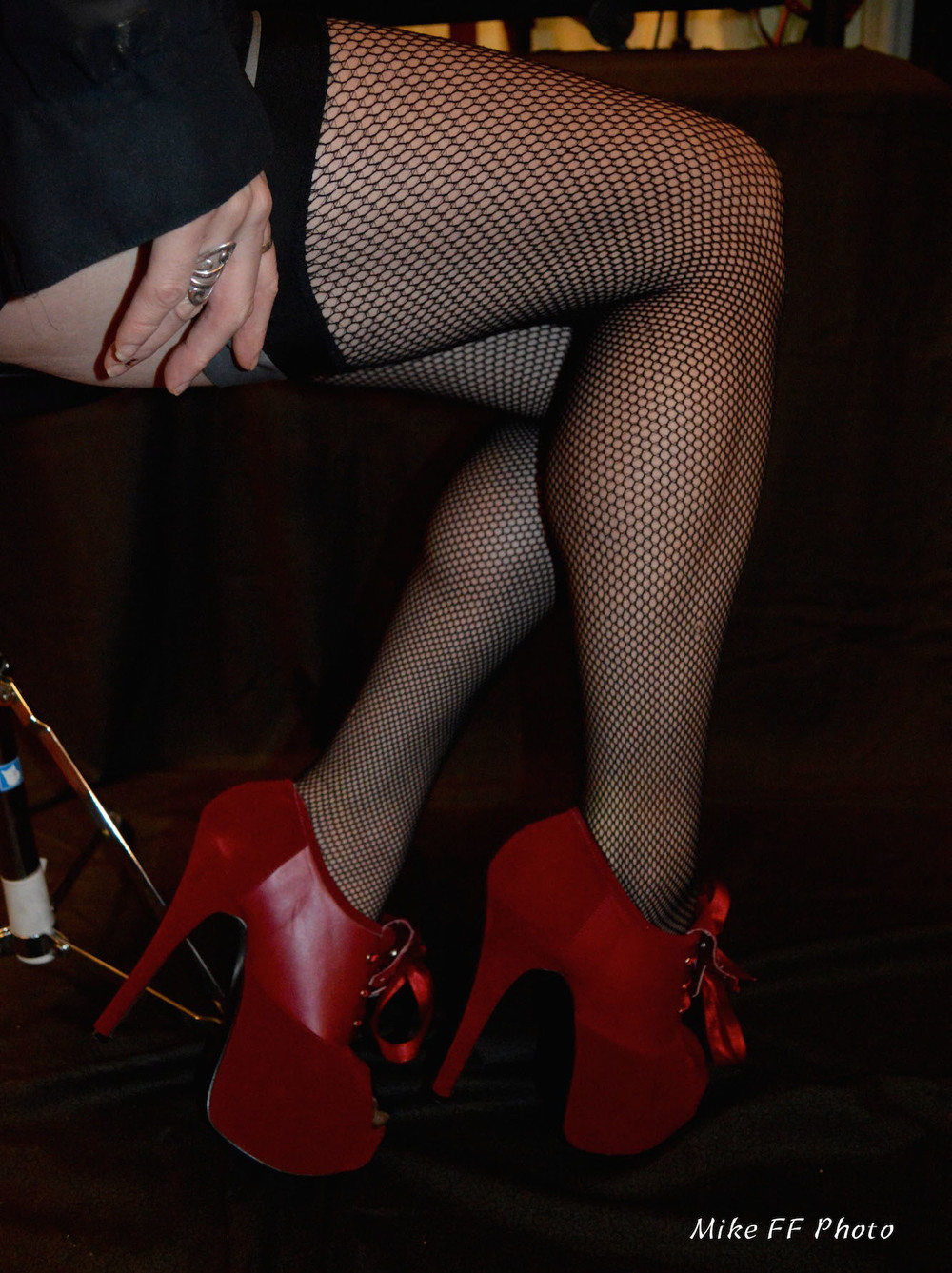 Red shoes Mistress Fabula foot fetish2.jpg