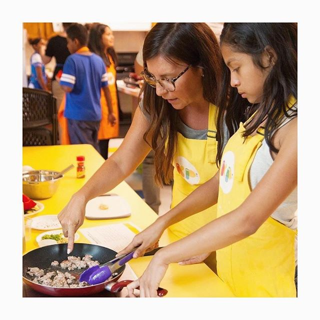 It's #givingtuesday 💛! I hope you might consider a donation to this incredible organization I volunteer with called @kitchenpossiblechi ! • @lowmankatie is doing amazing work to create programs that empower kids through cooking.  I have personally seen the power of the program change kids mindsets and help them stay positive when things go wrong or feel a sense of accomplishment when they finish something or flip a crepe for the first time. We teach simple life skills like confidence, problem solving, course correcting and positivity. I have seen my own mindset change volunteering and seeing the kids grow each week! I get SO much joy out of working with the team @kitchenpossiblechi and we want to keep GROWING and empowering more kids so please DONATE today! Any amount makes a difference! • With love and gratitude Tracey! 💛 • #givingtuesday #volunteer #cooking
