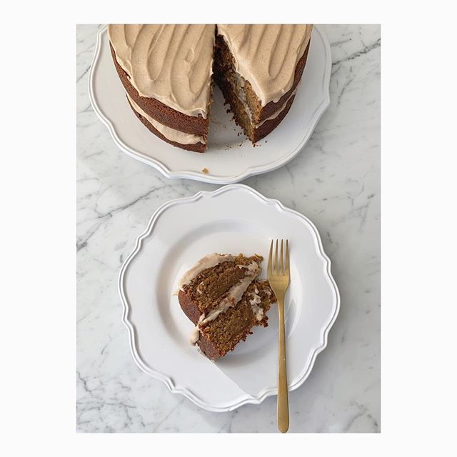 Happy Friday! You should treat yourself today because you probably worked your butt off all week at whatever it is you do and sometimes you have to take a minute and say...you are amazing. I did that today with a slice of @deliciouslyella carrot cake for breakfast! 🥕