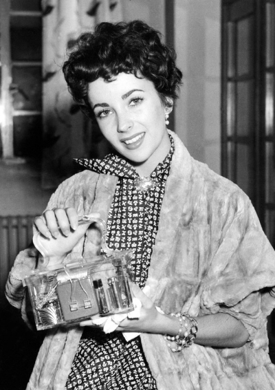Liz Taylor sporting a lucite purse. Image via  Johanna Ost .