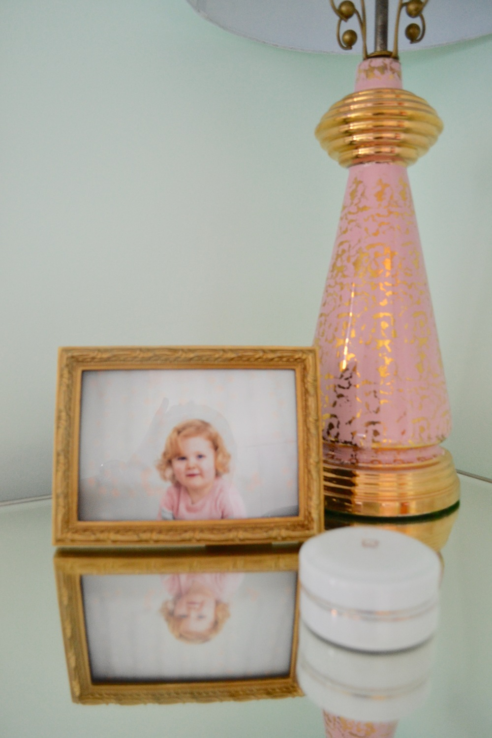 I almost fainted when I found this  perfect  vintage pink lamp at  Yanatiba , a vintage shop in my neighborhood.