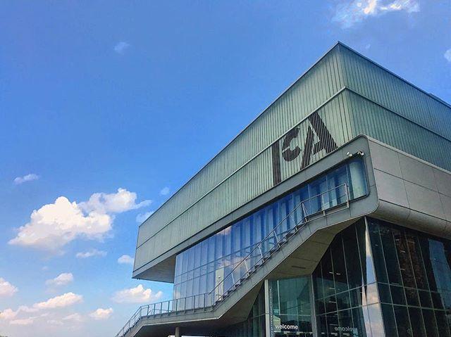 The home to some amazing contemporary art 🆒 with an incredible view of Boston 🐋 Harbor. . . . #ica #icaboston #bostonma #ma #visitboston #visitnewengland #contemporaryart #myboston #architecture #buildingstyles #bluesky #bostondotcom #bostonharbor #massachusetts #artmuseum #artmuseums #art #modernart #bostonviews #laborday #laborday2018