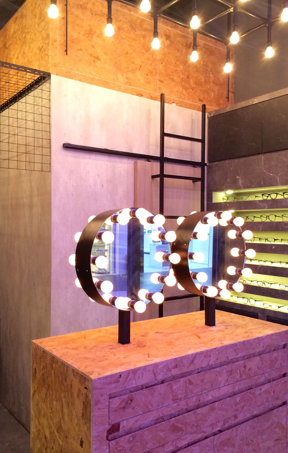 Visual Mass // Display Stand with Mirrors & Bulbs