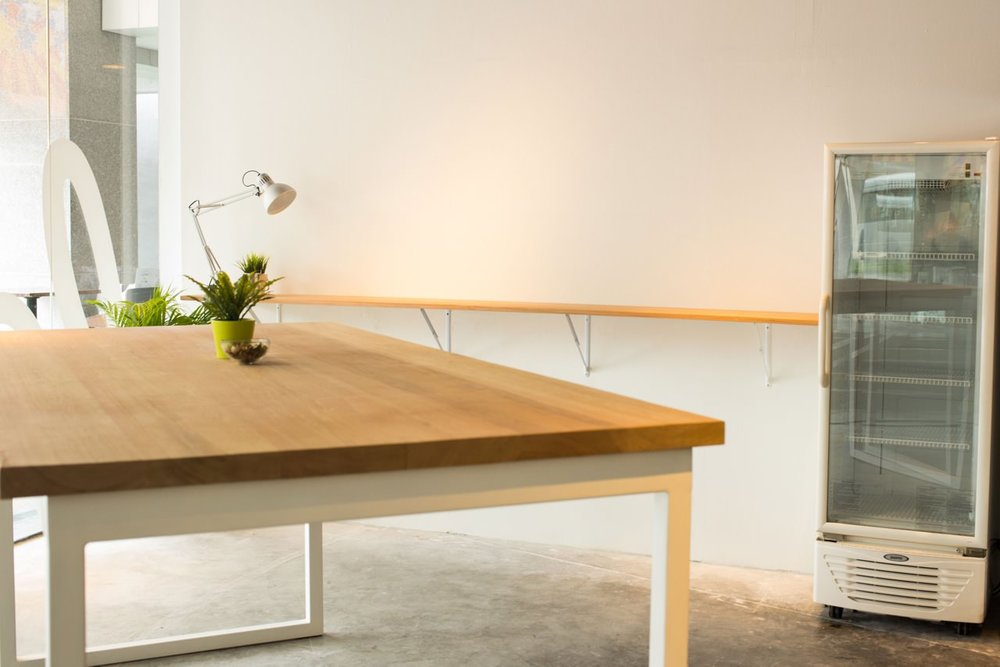Feedex // Solid Wood table with White Powder-coated Legs