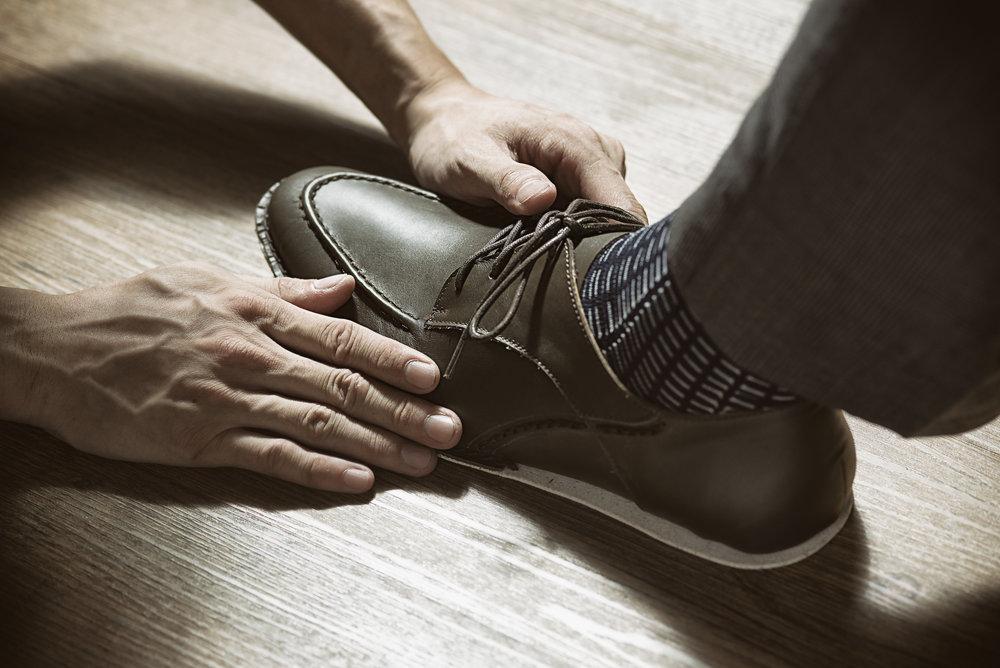 市面上皮鞋種類繁多,價位從幾千至幾萬元不等,身為消費者,該要如何從定價去評斷一雙皮鞋的價值呢? 由Stitching Sole為您客觀剖析,在購買皮鞋時,如何抓住五大重點,精確判斷一雙好鞋的價值: 解剖一雙皮鞋的成本,不外乎是由皮料、大底材質、製底工法結構、鞋面開發成本、規模化生產成本5項要素組成。只要抓住以上重點,下次購鞋時,您也可以變身品味專家,檢視一雙好鞋是否物超所值。 皮料: 皮鞋一般而言使用真皮牛皮(Genuine Leather),牛皮有分大牛牛皮、小牛牛皮與胎牛皮。牛皮成本是依據購買數量來決定,買越多(張)就有了議價的空間。當然,知名品牌的皮革廠出產的皮革(i.e. Horween Leather)與具稀有性的皮革定價也會比牛皮定價相對更高。一雙皮鞋的皮料使用量決定皮鞋的成本,鞋面出現越多裁片設計,便代表皮料使用量越多、成本越高。 大底: 大底成本取決於材質,由低至高:橡膠發泡<生膠<橡膠<混漿木<皮底鞋跟。一目了然! 製底工法: 製底工法一般常見有膠合,機械縫製、手縫工法。按時間成本將鞋面固定至鞋底的時間來計算,另外,製底技術的難易度也是要被納入工時成本的。比方說:以前置作業(鞋面製作)完成,一位師傅以一天工時獨力製底,膠合法一天大概可以完成30雙上下,反觀皮底手縫工法,一雙手縫皮鞋就要花上一個工作天才能完成。 鞋面開發: 鞋面開發成本是最容易被忽略的一項隱性成本,從畫設計圖、打版、試做試穿鞋、調整、再次試做試穿鞋,製作確認樣品(若在皮鞋縫底定型時,若是遇到取下鞋楦後鞋面結構有損傷,就必須砍掉重練)。開發新款樣品的時間約在六個月以上,因此開發鞋款的時間成本也是消費者必須客觀理解的成本要素。當然,使用公版鞋面的鞋款就可以省去許多開發成本了。 規模經濟: 一雙皮鞋設計後生產 300 雙以上的成本相對一雙皮鞋接單後生產的成本低。比方說L牌皮鞋一次生產幾十萬雙的成本一定會比一雙訂製皮鞋的成本便宜。這部分,相信消費者都懂這個道理。 一雙皮鞋的成本從上列5項累加計算後,加上營運成本,就成了皮鞋的牌面售價。換言之,一雙皮鞋的用料優劣以及手工程度高低,也可簡單單反映在價格上囉!