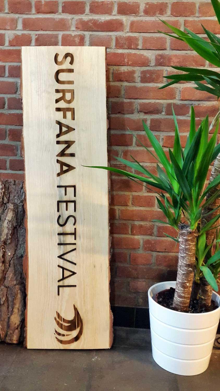 Boomstam graveren voor Surfana Festival