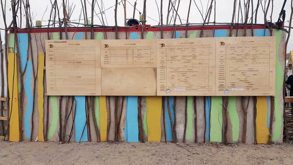 Timetables graveren voor Surfana Festival
