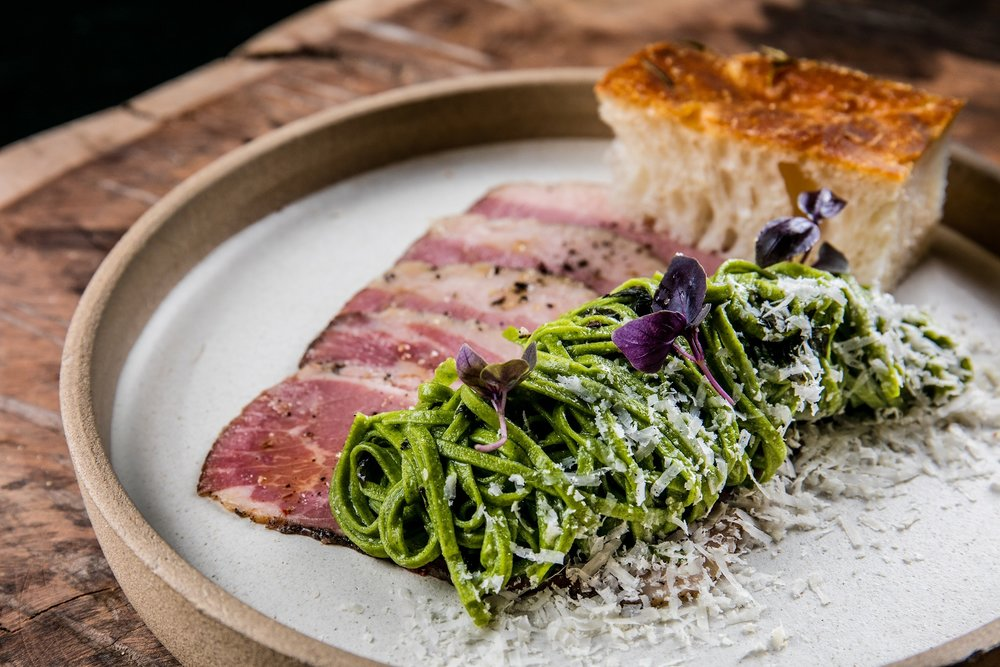 Massa_Carpaccio de pastrami, fidelini ao pesto, queijo curado e rúcula f....jpg
