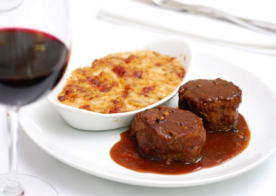 Lorenzo: Steak au poivre com batata gratinada
