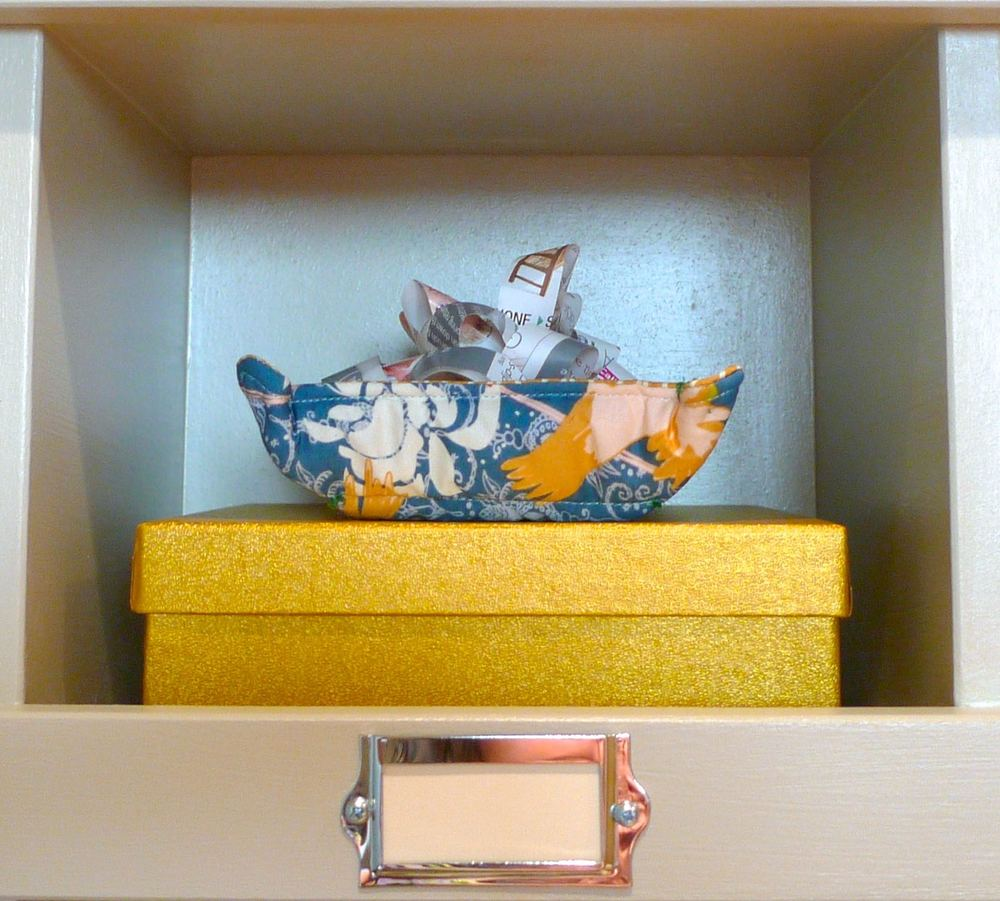 A BOX OF WASHI, A FABRIC TRAY AND  A MAGAZINE BOW