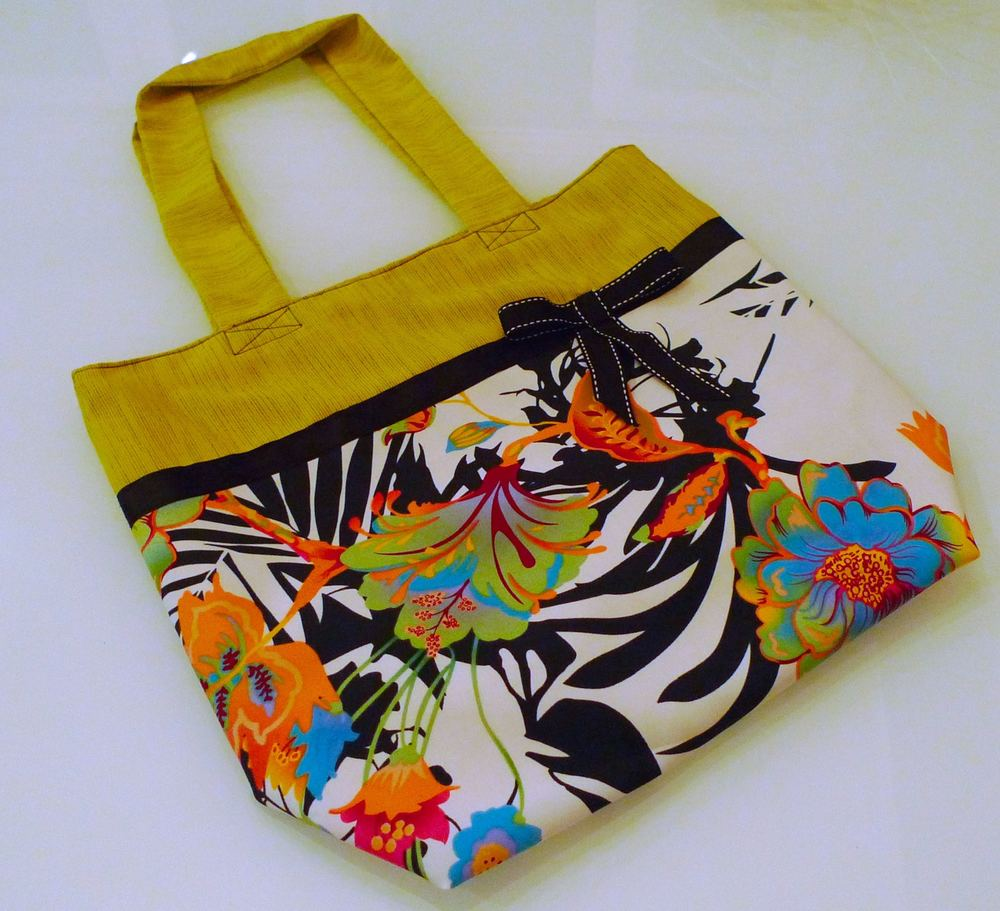 The completed tote bag decorated with a pretty bow
