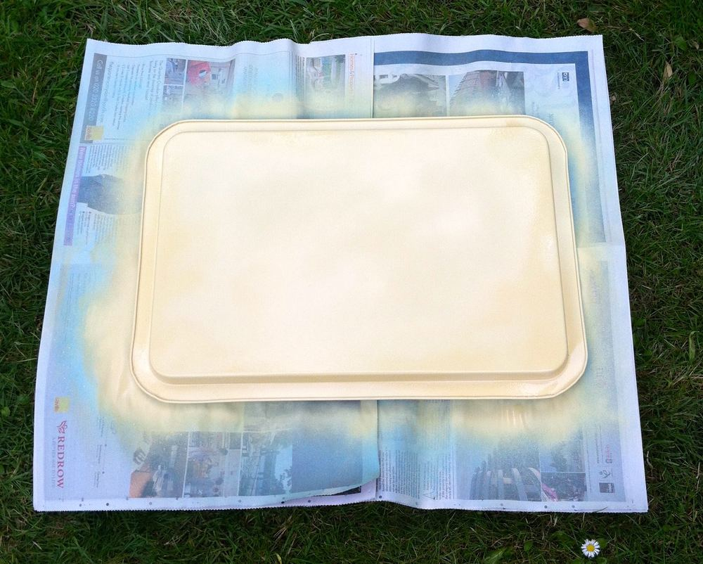 The reverse of the tray covered with Pinty Plus Chalk Paint Spray in Mostardo