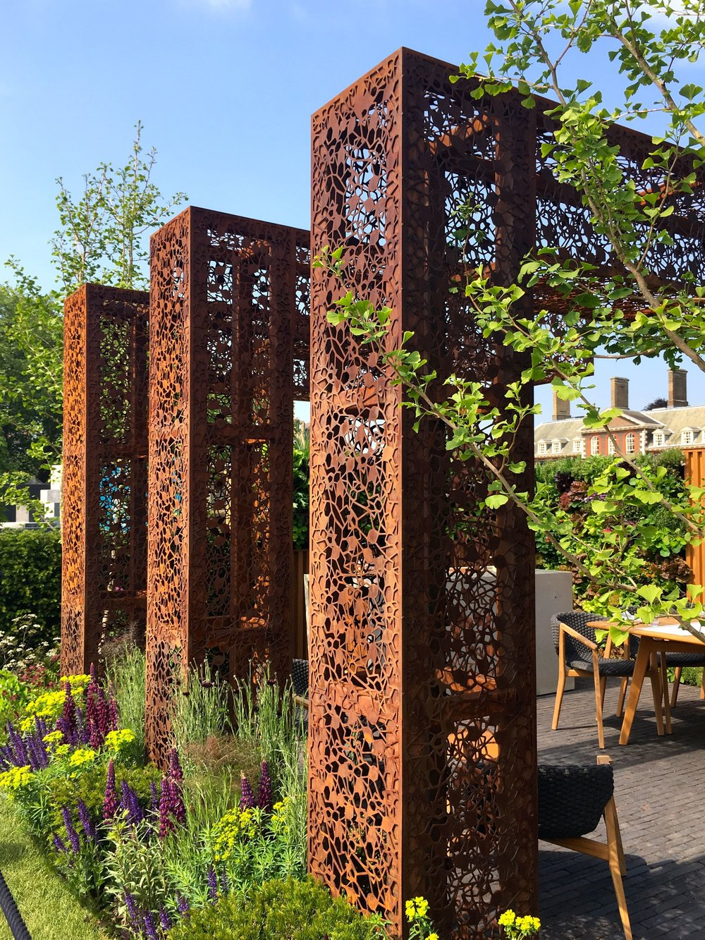 LACE PATTERNED CORTEN STEEL IN THE GOLD MEDAL URBAN FLOW GARDEN