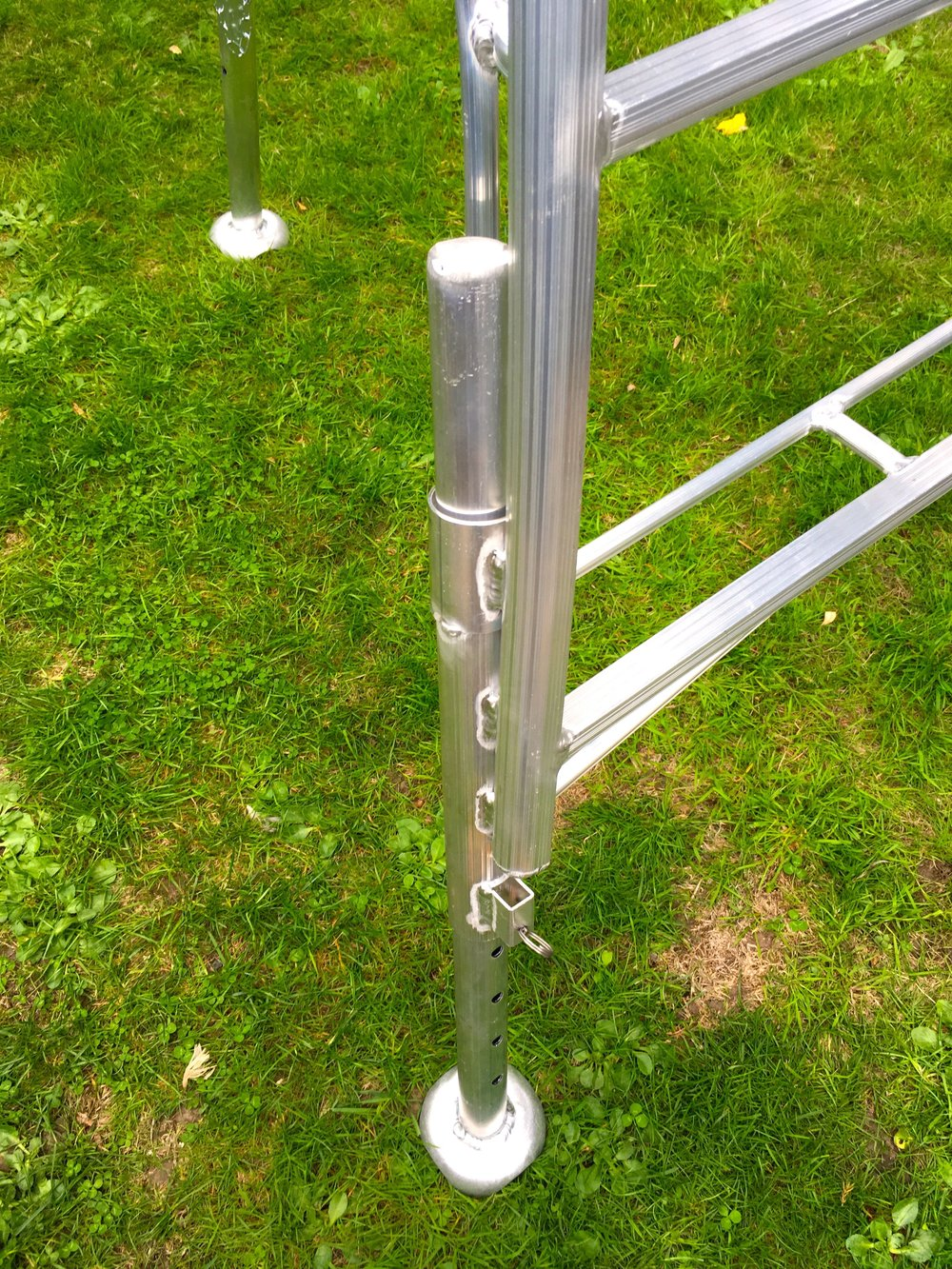 adjustable legs henchman tripod ladder