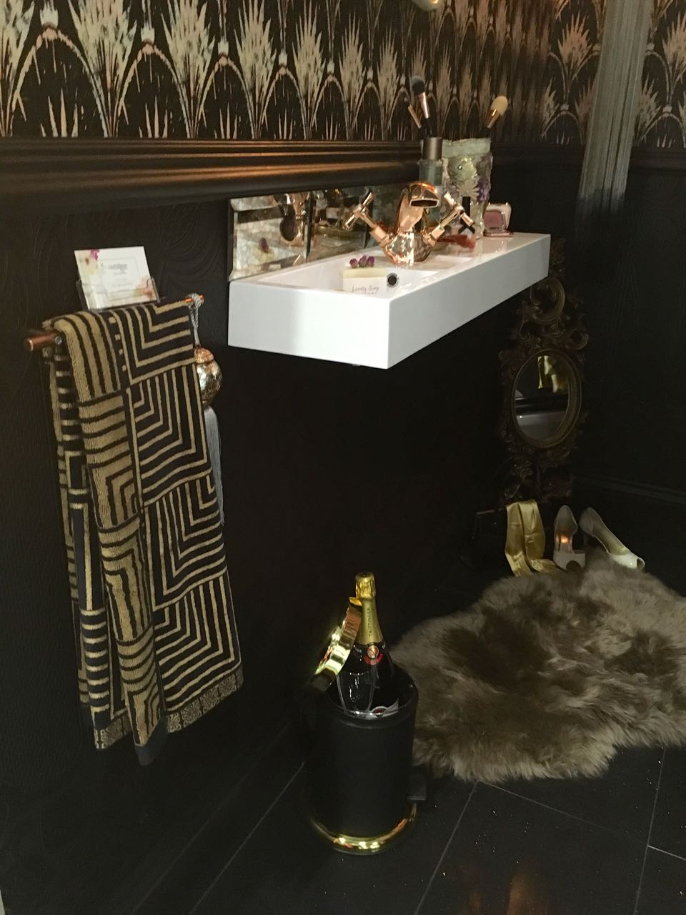 Black, white and gold bring a touch of glamour
