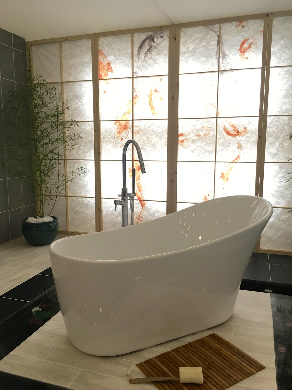 That bath, that screen  - pure gorgeousness