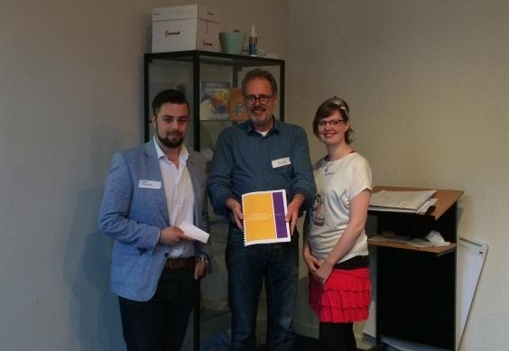 Arie Opstelten neemt het rapport in ontvangst