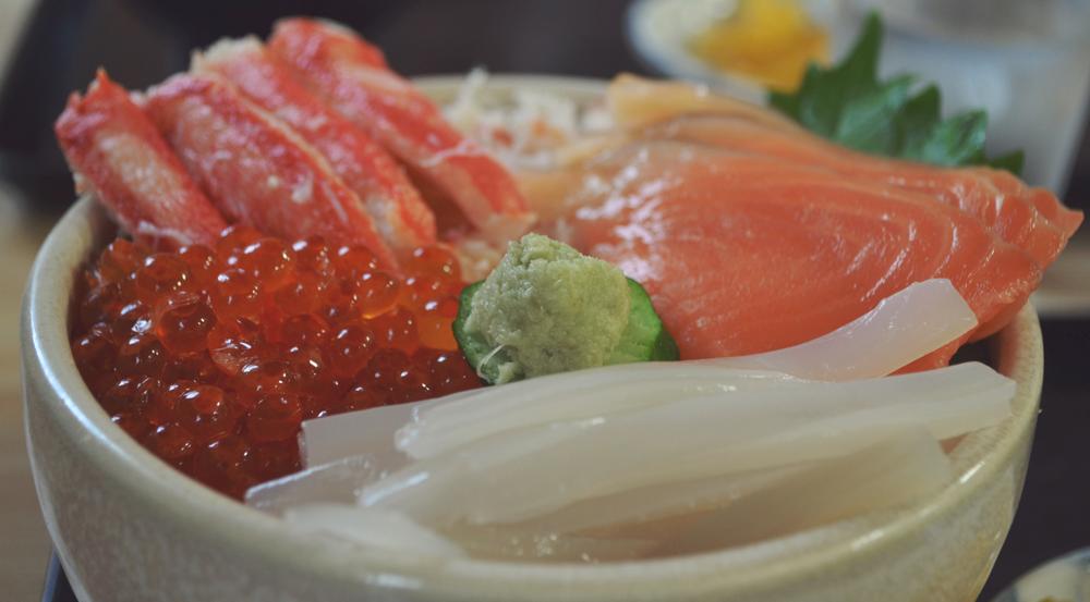 Delicioso donburi marino en el mercado matutino de Hakodate.