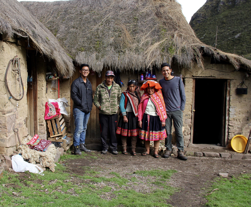 En la casa de Saturnina junto a su familia.
