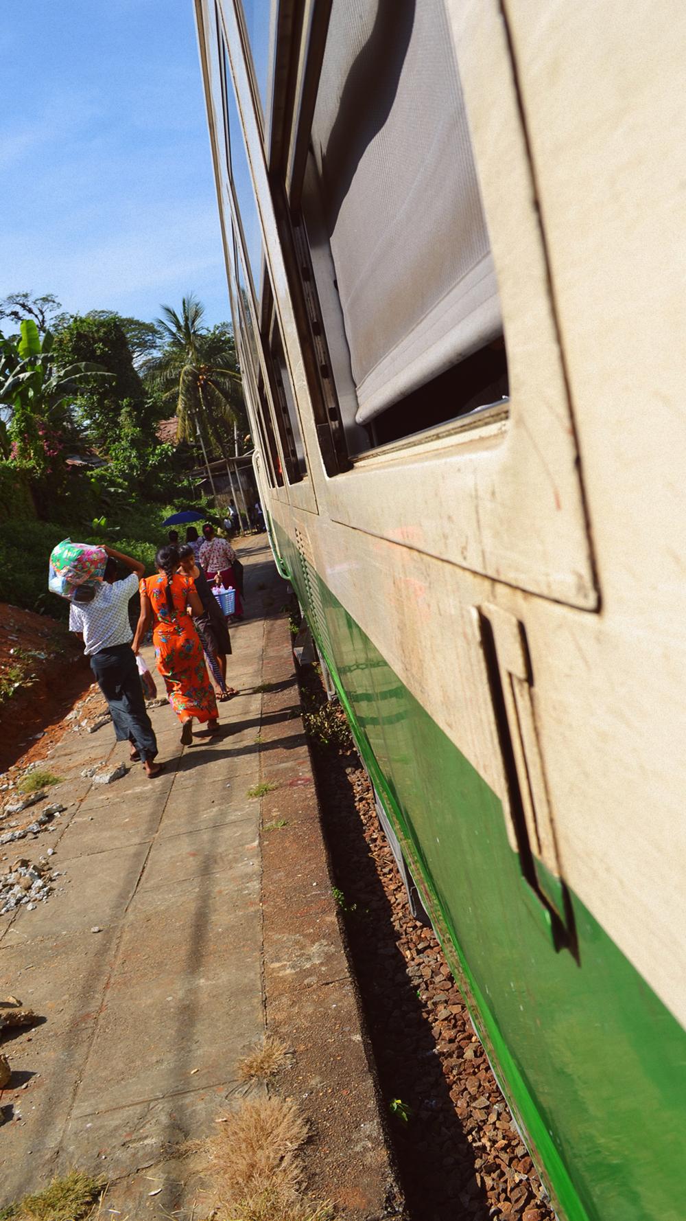 El día a día de Yangon desde la ventana de un vagón.