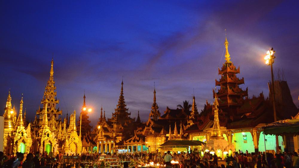 El complejo de pagodas de Shwedagon al caer la noche.