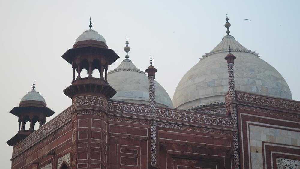 Los templos adyacentes al Taj Mahal, tampoco son poca cosa.
