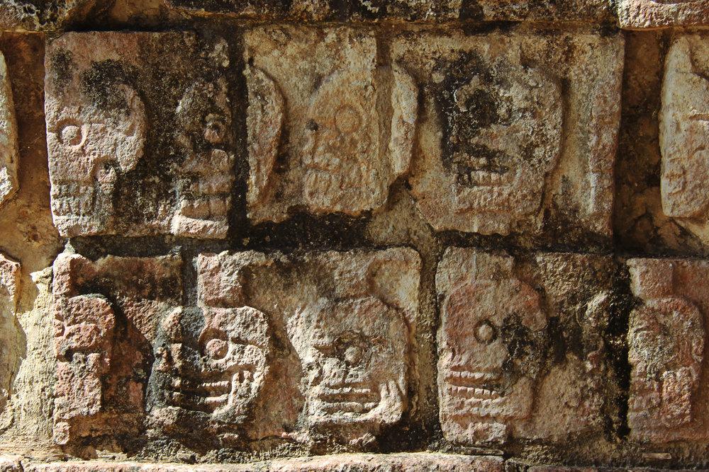 Calaveras en los muros de la zona arqueológico de Chichen Itzá.