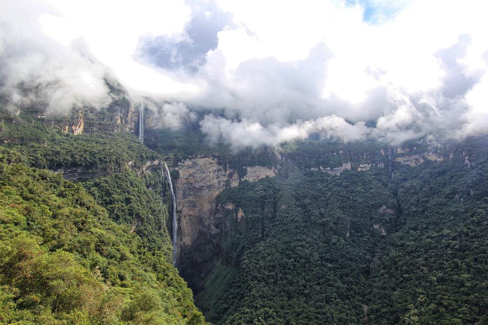 Durante la bajada a la segunda caída, podrás tener esta impresionante vista de Gocta en todo su esplendor.
