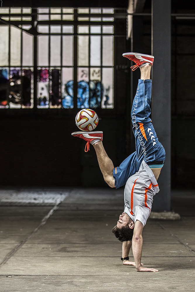 "Before I continue with some cool pictures I took in Venice, I thought I'd throw in a picture I made for an exciting group of 'freestylers', aptly called ""Go-Freestyle"".  Check out their website or their facebookpage. This is Maarten van Luit in full control of the ball."