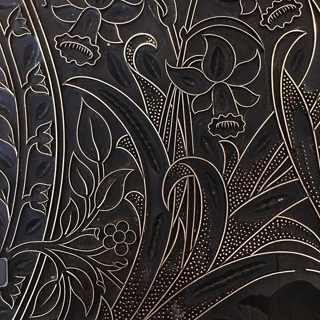 Black and gold springtime glory courtesy of William Morris. #woodblock #brassinlay #printmaking #artsandcrafts #e17 #williammorris #handprint #art #daffodils #classic