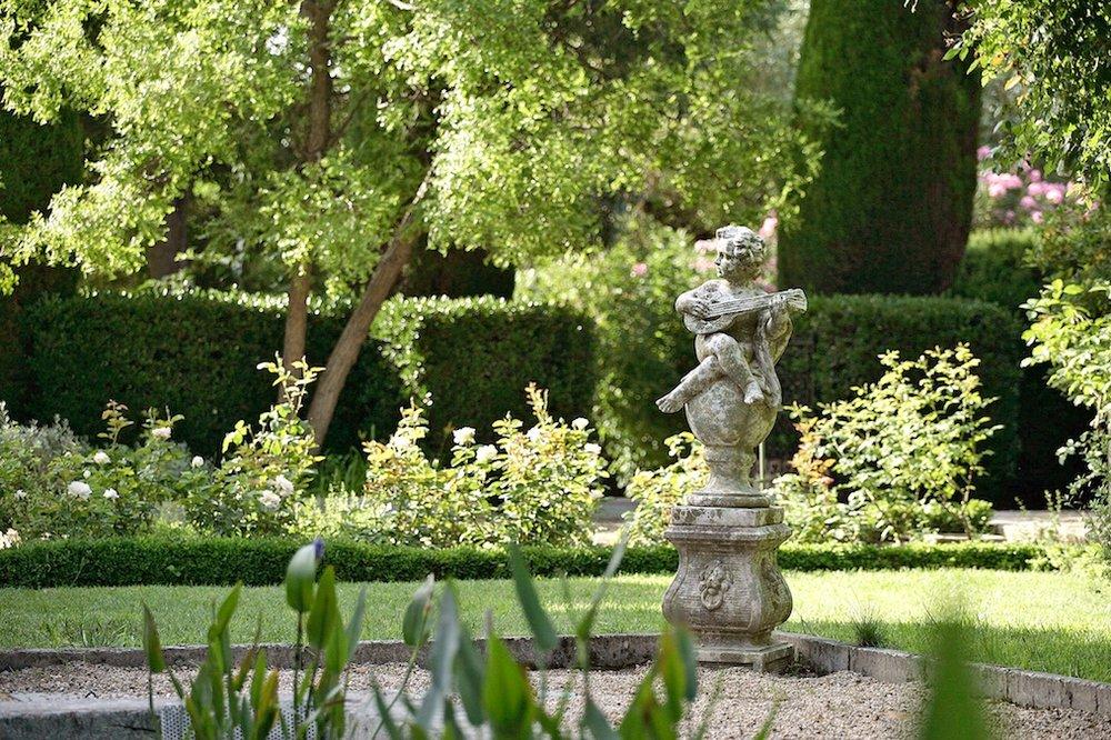 Domaine de Beaumaniere Provence 1200x800px 4.jpg