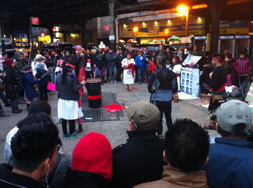 Algunos de los manifestantes en la plaza pública, cerca de la Avenida Roosevelt. Fotografía por Louis Flores