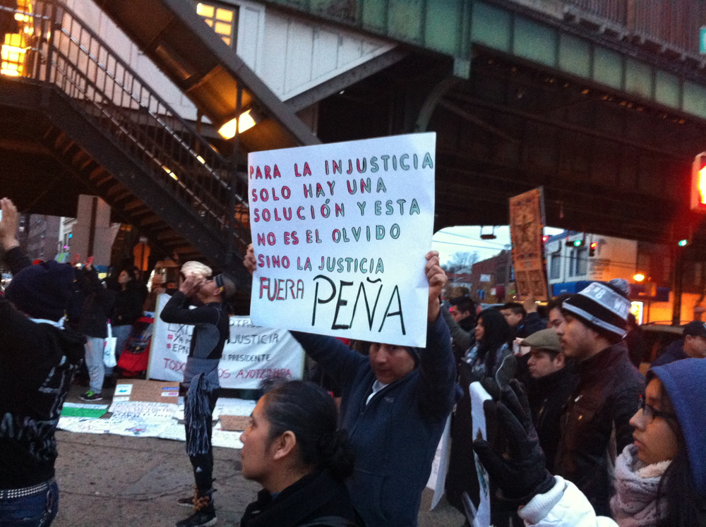 Uno de los manifestantes demandó que el presidente de México, Enrique Peña Nieto, renunciade su cargo. Fotografía por Louis Flores