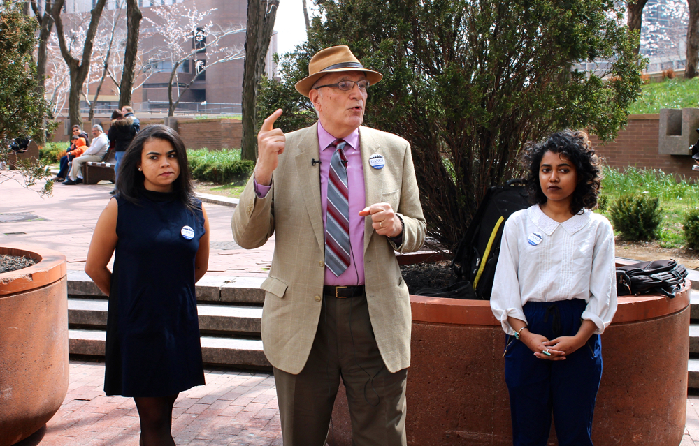 Robert Gangi, center, during a press conference in front of One Police Plaza in Downtown Manhattan. Mr. Gangi announced his campaign to run for the Democratic Party primary in the 2017 New York City's mayor's race. With him were his two campaign coördinators : Alicia Bella, left, and Maesha Meto, right. Source : Louis Flores/Progress Queens
