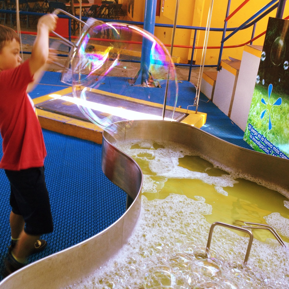 Making gigantic bubbles at the Tín Marín Museum