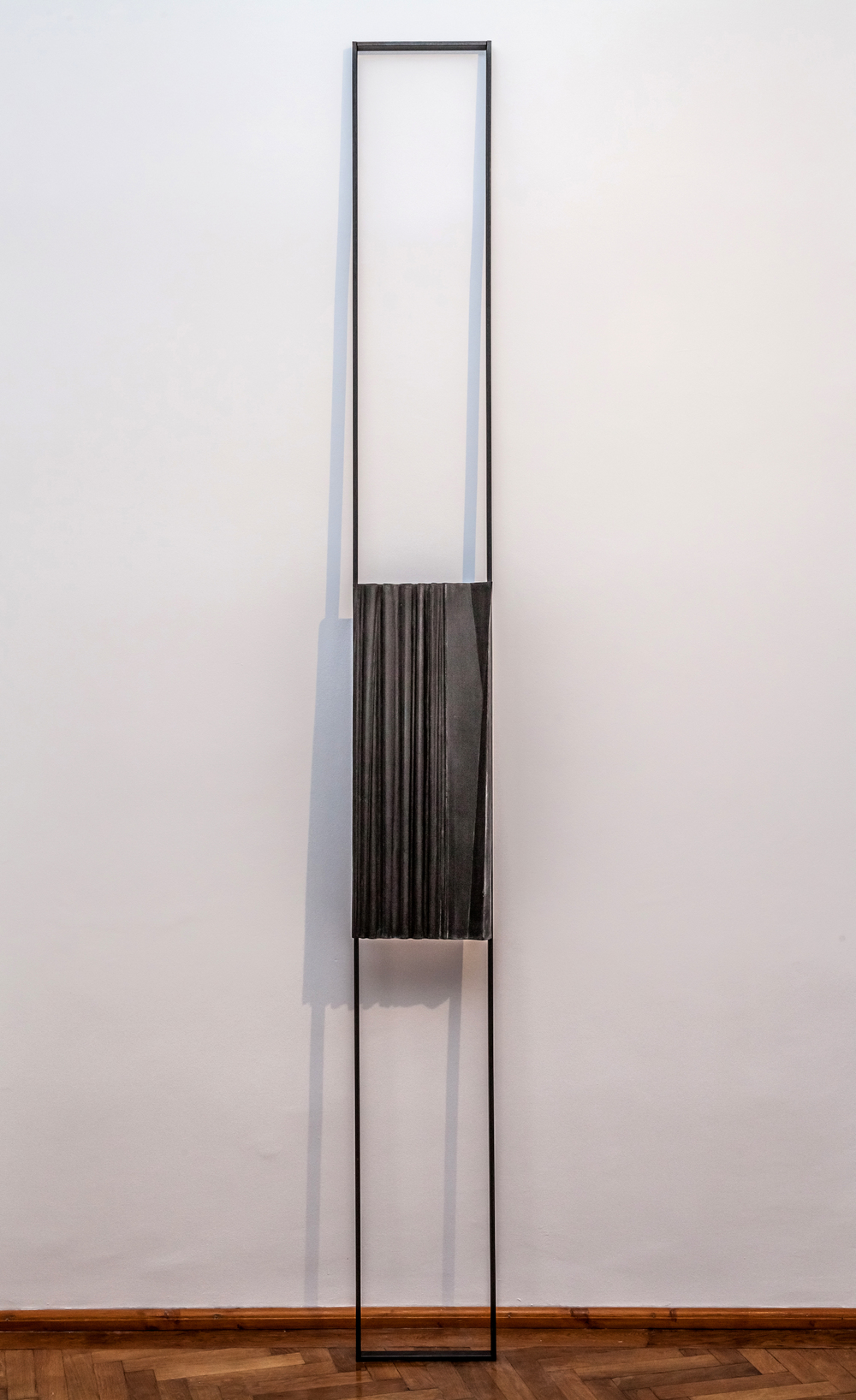 VERTICAL CURTAIN (2013) CONCRETE/METAL 273 X 29 X 8 CM