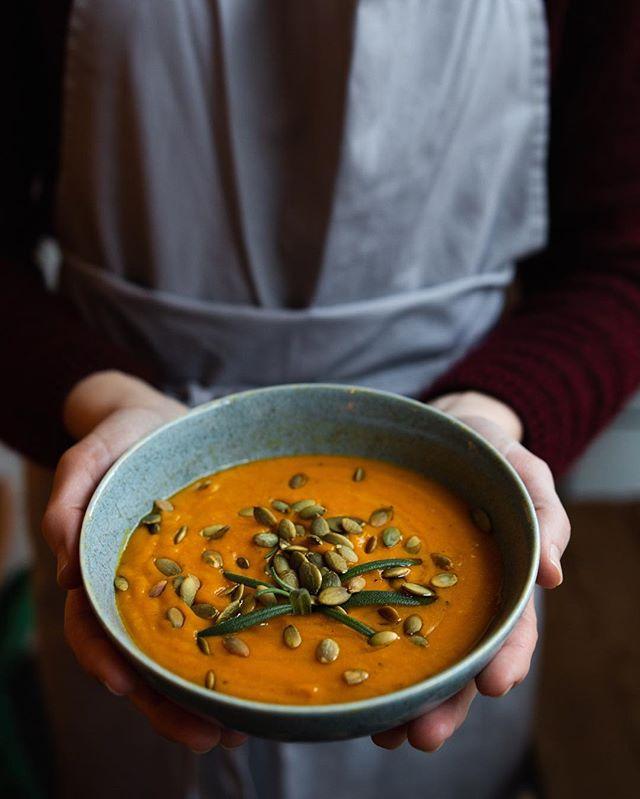 Hvem liker Gresskarsuppe med ingefær?  Det gjør ihvertfall vi! @arrels_natives har laget ukens suppe av gresskar vi hadde liggende fra jul. Den står på Brønsjen til den er tom. Tips: ha i kimchii, bakte røtter og rista gresskarkjerner 🔪🥥 ✌🏾 Kommenter hvis dere vil ha oppskriften så lager vi en bloggpost på det over helgen. 🥕 Åpent til 19 idag. Sees.