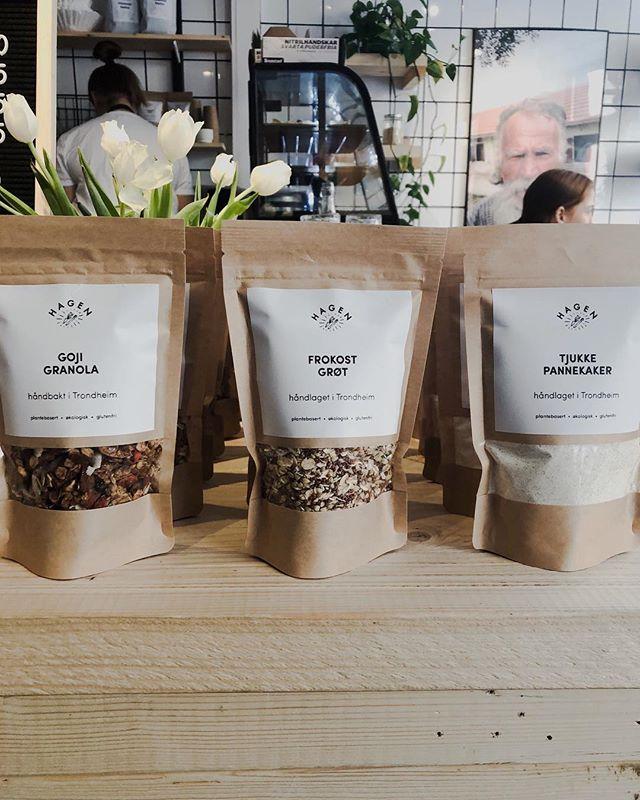 La oss 🕺🏾💃🏼🍾 For vi har laget våre første Hagen produkter! I første omgang er dette 🥢 6pac Hasselnøtt/kakaokuler 🥢 Goji Granola 🥢 Pannekakemix 🥢 Frokostgrøt 👇 Alle produktene er plantebasert, glutenfri og økologisk. Det følger med 2 forskjellige oppskrifter på grøt og pannekake på baksiden, og man kan kjøpe en Helgepakke til 250,- som inkluderer alt. Alt til en 🍾 frokost i helga!  Nå skal vi 💃🏼🕺🏾 videre! GOD GELG! #økologisk #helg #frokost #glutenfri #plantebasert #gavetips