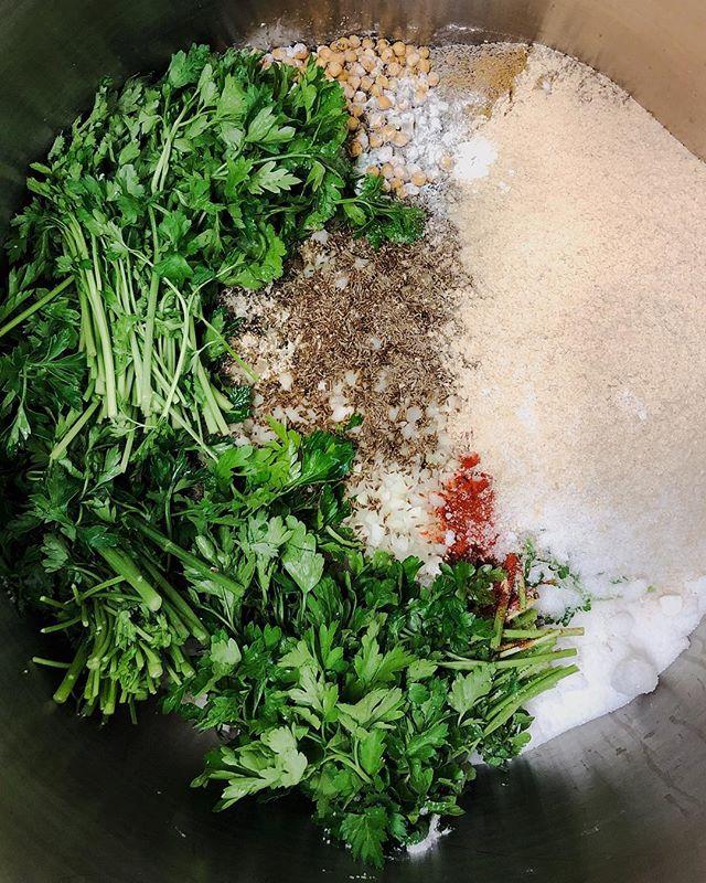 Early morning på produksjonskjøkkenet vårt 🌿 Dette blir falafel i løpet av dagen og kommer på Brønsjen vår 🌯🍔 11-19 idag. Vi sees #falafel